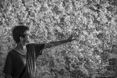 Con la punta de los dedos. (Javier Martinez de la Ossa) Tags: bw byn blancoynegro portugal water blackwhite agua retrato lisboa portait javier oceanario nikond700 nikkor2470 javiermartinezdelaossa