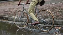 En bicicleta al trabajo (AboutWhite) Tags: verde trabajo bicicleta ciudades bici energia medioambiente sostenible movilidadsostenible ciudadeslimpias