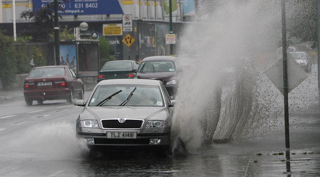 lái xe trong mưa