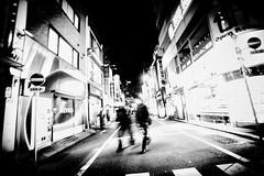 Fuites anonymes (www.danbouteiller.com) Tags: japan japon japonia nihon nippon asia asian asiatique japanese japonais tokyo shinjuku yoyogi city ville urban photo de rue photoderue street streetscene streetlife streets streetshot blur blurred  shibuya     black white noir blanc nb bw blackandwhite blackwhite blanco y nero noiretblanc canon canon5d eos 5dmk2 5d 5d2 5dm2 samyang samyang14mm 14mm people lowkey