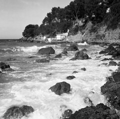 3106.Portissol (Greg.Photographie) Tags: blackandwhite bw mer seascape 6x6 film rolleiflex mediumformat noiretblanc tmax paca 400 plage var automat xenar schneiderkreuznach sanary mediterrane moyenformat r09