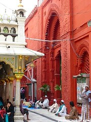 "Templo Nizamudin Delhi • <a style=""font-size:0.8em;"" href=""http://www.flickr.com/photos/92957341@N07/8722094531/"" target=""_blank"">View on Flickr</a>"
