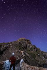 Atónito (AnderD3100) Tags: costa paisaje nocturna frontal nacional bizkaia monasterio vizcaya acantilado ermita islote bermeo maravilla linterna gaztelugatxe sanjuandegaztelugatxe noctambula d3100 maravillanacional