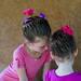 Régulièrement, Kaliane et Maya se font coiffer par la mère de leur amie thaïe, pour donner des spectacles de danse thaïe.