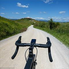 Towards Mucigliani (Torsten Frank) Tags: italien canyon explore fahrrad landschaften toskana rennrad radfahren unpaved radsport explored cretesinesi stradebianche schotterstrase mucigliani ultimatecfslx naturstrase