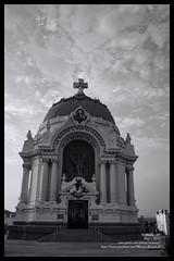 Cripta desaturada - 0345 (Marcos GP) Tags: marcosgp lima peru cripta cementerio prebistero maestro tumba funebre arte historia guerra pacifico