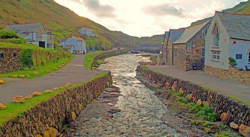 2013 05MAY18 BOSCASTLE HARBOUR, HARBOUR LIGHTS AND YOUTH HOSTEL