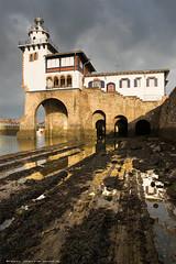 La Cruz Roja del Mar (Peru Serra) Tags: costa arquitectura nubes reflejo rocas tamron1750 pentaxk10d