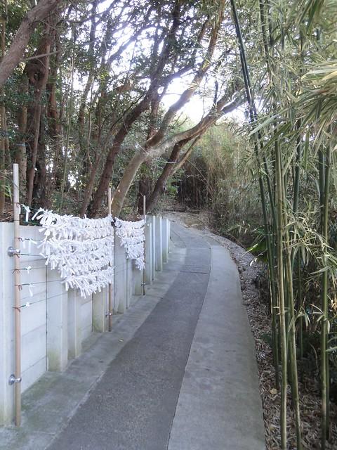 鳥居から続く細い道を降りて行きます。|恋の水神社