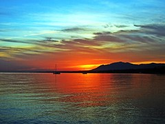 Cálida luz (Antonio Chacon) Tags: sunset españa sol atardecer mar spain day andalucia puestadesol málaga marbella pwpartlycloudy