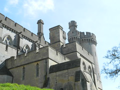 Arundel Castle. (Rory Llowarch) Tags: uk greatbritain flowers england castle english heritage history castles church beauty sunshine gardens architecture garden sussex heraldry westsussex blossom unitedkingdom blossoms scenic churches sunny medieval historic norman historical arundel englishhistory williamtheconqueror springtime tropicalplants englishgardens anglo arundelcastle statelyhomes englishheritage englishcountrygarden britishhistory historicbritain tropicalgardens normanarchitecture medievalengland britishcastles medievalbritain dukeofnorfolk britishheritage arundelengland markettowns normanconquest anglonorman medievalcastles historicengland normancastles normanengland arundelwestsussex englishstatelyhomes arundelsussex dukesofnorfolk normanbritain engishtowns