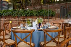 IMG_0580_Julia_Ribeiro (marianabassi) Tags: fazenda rstico azul verde folhagem cadeiraparis cadeirax mesaredonda composio arranjodemesa vela cermica pedra marsala
