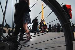 Tango dans la tour (alestaleiro) Tags: woman paris france bike dance europe highheels torre tour legs danza bicicleta streetscene eiffel sensual tango stiletto francia baile rayos robada taconesaltos alestaleiro hautstalons