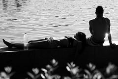 Pequeos placeres (Sonia Montes) Tags: white black byn blancoynegro canon 50mm social urbana placeres soniamontes