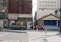 ゲート通り 歩く学生たち Okinawa-si, Okinawa (ymtrx79g ( Activity stop)) Tags: street color slr film japan analog nikon kodak 35mmfilm okinawa 135 沖縄 kodakgold100 街 写真 銀塩 フィルム nikonnewfm2 沖縄市 nikonainikkor50mmf14 歩行走行 walkandrun 201310blog okinawasi
