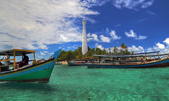 Acquamarina (Robyn Hooz) Tags: mare sea acqua spiaggia faro lighthouse barche boats palme palms tropical equator equatoriale indonesia belitung