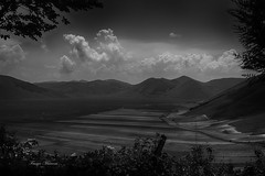castelluccio black and white (Franco Marconi) Tags: italien sky blackandwhite bw italy cloud mountain art blancoynegro monochrome clouds digital landscape monocromo landscapes photo blackwhite flickr italia gallery foto photographer image noiretblanc picture paisaje paisagem photograph landschaft landescape pretoebranco bianconero italie galleria paesaggio umbria photostream maisema biancoenero imagery landskap castelluccio itaalia tjkp landslag montisibillini krajobraz fotostream schwarzundweis francomarconi 1234567890qwertyuiopasdfghjklzxcvbnm| sonydscrx100m4 rx100m4 sonyrx100iv sonydscrx100iv