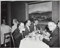 Anglų lietuvių žodynas. Žodis dinner-party reiškia n 1) kviestiniai pietūs; 2) pietų svečiai lietuviškai.
