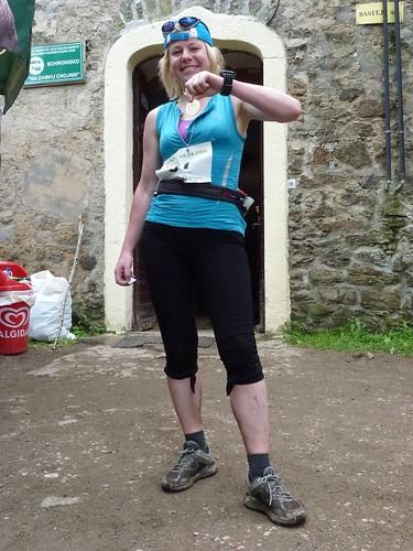 Dolores z medalem Maratonu Chojnik na tle Schroniska na Zamku Chojnik