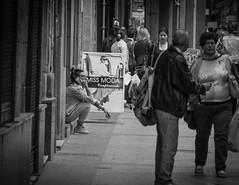 Hablando (Ana Amilibia) Tags: calle mujer movil tienda telefono callejero hablando