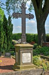 7023 Neuengeseke, Friedhof (RainerV) Tags: friedhof germany geotagged grabstein deu nordrheinwestfalen grabmal 16051 badsassendorf nikond300 neuengeseke rainerv geo:lat=5154962168 geo:lon=821101579