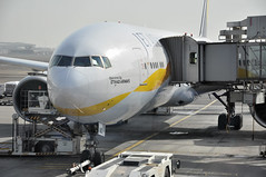 Turnaround: EY0191 AUH-GRU (A380spotter) Tags: turnaround trepelairportequipmentgmbh scissorlift loadertransporter loader loading forwardcargodoor airbridge jetway boeing 777 300er a6jad jetairwaysoperatedbyetihadairways jai 9w  etihad etihadairways etd ey ey0191 auhgru terminal3 three abudhabiairportscompanyadac  abudhabiinternationalairport omaa auh  dawlatalimrtalarabyahalmuttaidah unitedarabemirates uae
