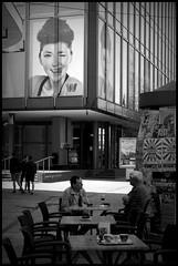Aalst (B) - Molenstraat - 2016/05/09 (Geert Haelterman) Tags: blackandwhite white black monochrome belgium candid streetphotography olympus zwart wit geert streetshot aalst alost photoderue straatfotografie photographiederue fotografadecalle strassenfotografie fotografiadistrada haelterman omdem10