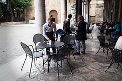 Un caf sur place (Paolo Pizzimenti) Tags: film caf table tokyo paolo femme olympus muse palais f2 12mm f18 zuiko argentique photographe doisneau pellicule 17mm ravenne penf m43 japonaise mirrorless omdem1