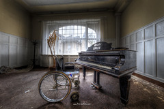In time In tune (Fine Art Foto) Tags: haus der anatomie house anatomy physio schule school urbex urbanexploration urbandecay urban lostplace lostplaces lost abandoned aufgegeben oblivion rotten decaying decay derelict grandpiano
