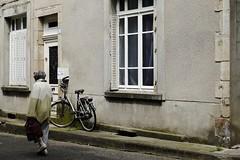 Lopen of fietsen (Patrick Mollema) Tags: street people france correze mensen argentat straatfotografie
