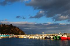 Dubtes de tempesta (Albert T M) Tags: catalonia nubes catalunya catalua blanes nvols catalogne mediterrani capvespre portpesquer portdeblanes