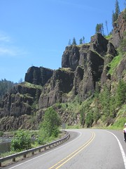 These cliffs look much more dramatic now that all those pesky trees have been burned away (Tysasi) Tags: permanent brevet 200k randonneuring or224 portlandripplebrookportland