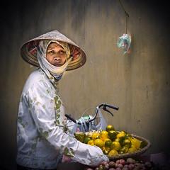 Miradas en Vietnam (Inmacor) Tags: street viaje woman sol hat mujer bicicleta vietnam fruta sombrero hanoi mirada junio cultura vaca vender escena 2016 inmacor