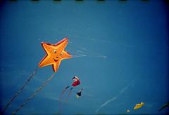 [  ] ([noone]) Tags: kite valencia 35mm lomo lca xpro crossprocessed procesocruzado playa cometa aquilone processoinverso