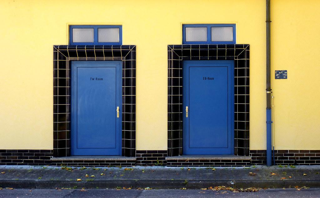 Fw/eb Raum (stefansebekow) Tags: Kacheln Gelb Architektur Metall Schwarz  Türen