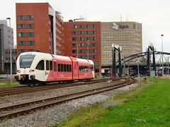 Arriva GTW laat Groningen CS achter zich (Johnny_Hibma) Tags: train diesel ns zug cs groningen centraalstation kpn trein spoor gtw treinen arriva spoorbrug nederlandsespoorwegen stoptrein stadler zuiderhaven zuge paterswoldseweg emmaviaduct