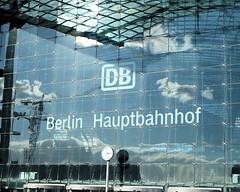 Gespiegelte Wolke (floressas.desesseintes) Tags: berlin wolke hauptbahnhof glas fassade berlinmitte spiegelbilder