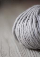 Lana gris (.:: Sonia  Hay un trasto en mi trasterO :::.) Tags: textura lana gris madera