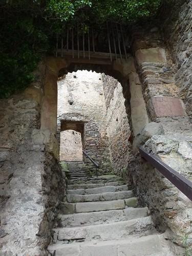 Przejście przez budynek przedbramia na zamek górny na Zamku Chojnik w Sobieszowie