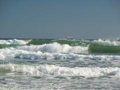 Petit bateau.  Little boat. (Lise1011) Tags: sea mer boat wave olympus daytonabeach bateau vague plage olympusomd