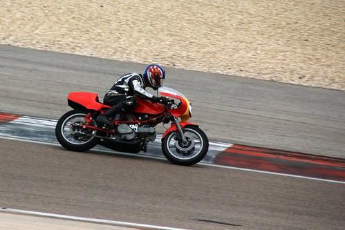 A fond sur la piste de Prenois pour ce pilote & sa Ducati !