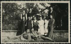 Archiv E770 Familienfoto nach Kriegsbeginn, 1940 (Hans-Michael Tappen) Tags: outfit uniform outdoor thirdreich wwii 1940s gruppenfoto oma mutter opa tante vater soldat soldaten kleidung wehrmacht familienfoto drittesreich 1940er groseltern archivhansmichaeltappen