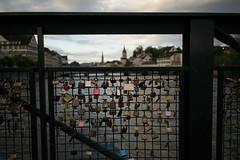 the optimists (Toni_V) Tags: city bridge urban sunrise schweiz switzerland europe dof suisse bokeh 28mm zurich rangefinder stadt mp zrich svizzera sonnenaufgang stpeter 2016 fraumnster svizra vorhngeschloss leicam mhlesteg elmaritm messsucher 160618 typ240 toniv m2400361