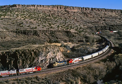 Meet in Crozier Canyon (Moffat Road) Tags: railroad arizona santafe train az valentine curve ge meet bnsf freighttrain scurve mainline emd atsf burlingtonnorthernsantafe atchisontopekaandsantafe gp60 twotrains transcon b408w croziercanyon