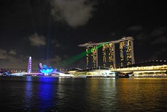 Marina Bays Sands laser show (Paolo Rosa) Tags: show city architecture night marina bay singapore asia tour laser sands lasershow architettura citt marinabaysands singapore2013