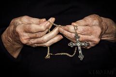 Recuerdos olvidados (kinojam) Tags: canon hands kino cross prayer pray manos cruz age oldage edad oracion vejez rezar canon60d kinojam