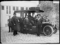 1908-11-07. La Benz du Grand Duc Alexis, entoure de marins russes (foot-passenger) Tags: bnf bibliothquenationaledefrance   1908 benz