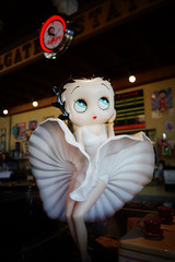 Betty Boop at Beez Cafe (drburtoni) Tags: oregon portland marilynmonroe betty portlandia bettyboop boop beez bettyboopo beezcafe