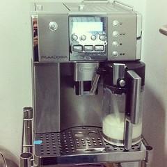 #coffeemachine เครื่องใหม่ล่าสุด ราคาแค่ 6 หมื่นปลายๆ เอ๊ง... เดี๋ยวนี้กาแฟผง กาแฟซอง กาแฟชงเองกินไม่ได้แล้วนะ กะเพาะและลำคอรับแต่กาแฟสดเท่านั้น 555 #officemate #ลูกกระแดะมาเต็ม