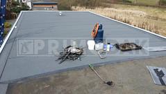 Dakdekker: Op deze foto is goed te zien dat u een perfect nieuw strak dak krijgt bij het overplakken van een oude laag. Wij van Primodak verwijderen alle blazen en plooien en monteren de nieuwe dakbedekking vol gebrand